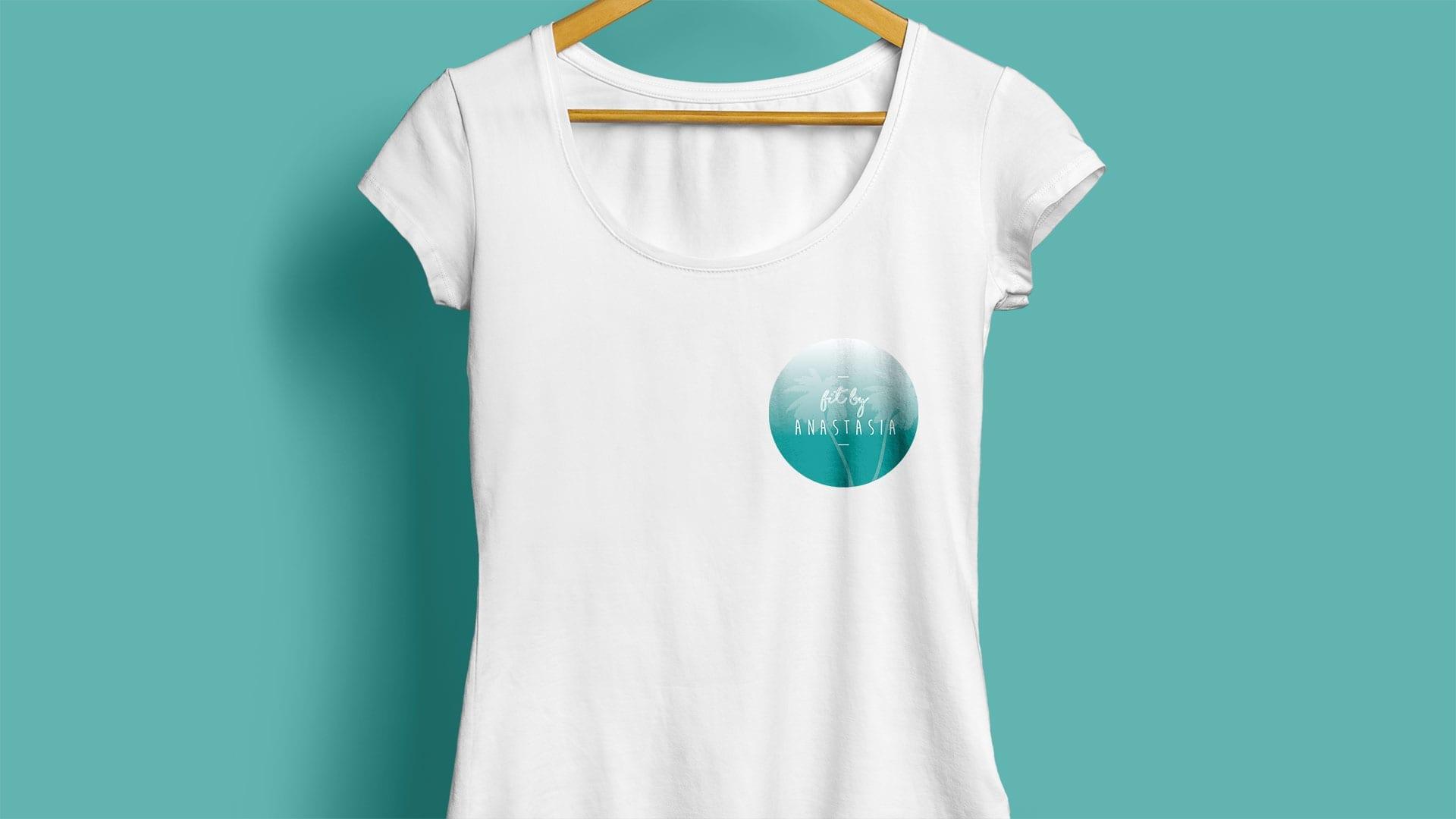 diseño de logotipo en maqueta de camiseta
